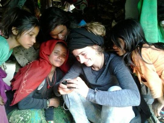 De Zwitserse toeriste Eveline Morier-Genoud omringt door kinderen